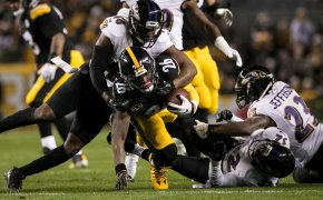 Le'Veon Bell being tackles by Ravens defenders