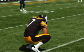 Steelers QB Ben Roethlisberger crouching