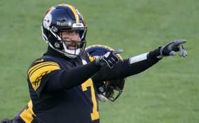 Ben Roethlisberger pointing at line of scrimmage