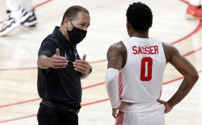 Houston head coach Kelvin Sampson talking with guard Marcus Sasser during a timeout.