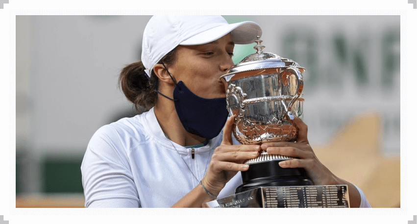 Iga Swiatek kissing the trophy after winning the 2020 French Open