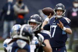 Tennessee Titans quarterback Ryan Tannehill lanciando un passaggio