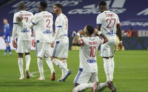 Memphis Depay on knees celebrating goal
