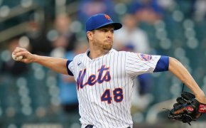 Jacob deGrom throwing pitch