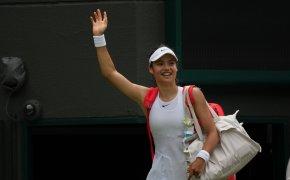 Emma Raducanu waving to crowd