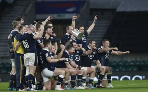 Scotland players celebrate with the Calcutta Cup (2021)