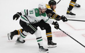 Tyler Seguin, Brad Marchand fight for puck
