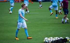 Kevin de Bruyne warming up with Man City